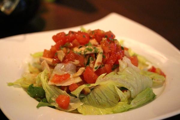 神田65料理「ほうじ茶で煮込んだ鶏胸肉のサラダ」