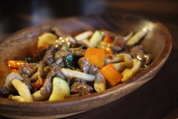 神田65料理「土佐の赤牛とうがらしの甘酢唐辛子炒め」