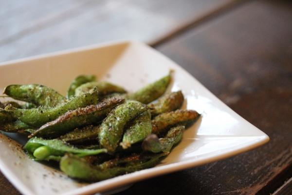 神田65料理「新潟の枝豆のオリーブオイル焼き」
