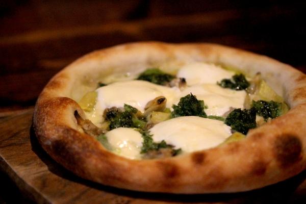 神田65料理「ホワイトピザ」