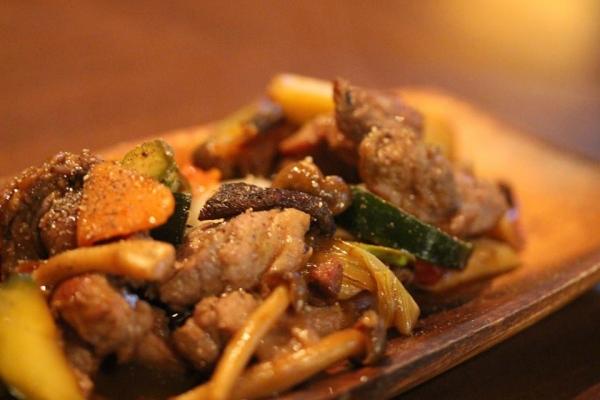神田65料理「猪のバラ肉と野菜ソテー〜バルサミコ風味〜」